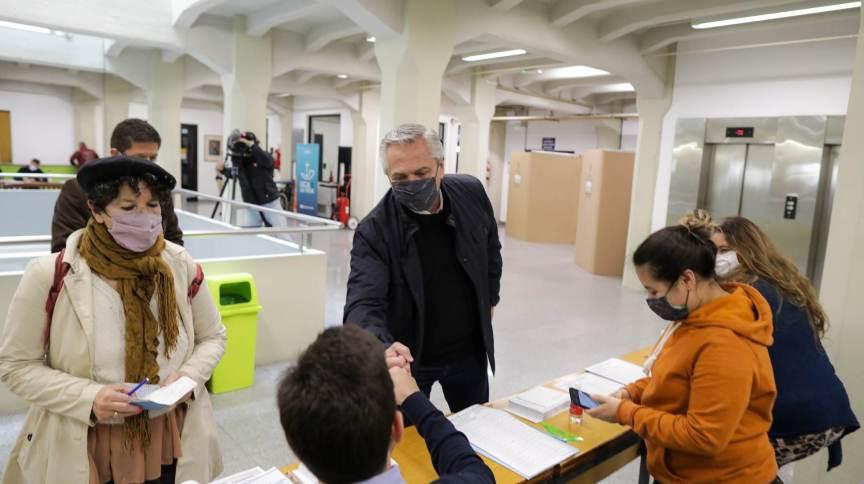 Presidente Alberto Fernandez votou na Universidade Católica Argentina (UCA). Popularidade do peronista tem caído nos últimos meses