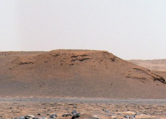 """As escarpas são formadas por sedimentos trazidos pelo rio, o que ajudou a confirmar a hipótese dos cientistas sobre a existência de um lago no passado. Na imagem, a """"Escarpa A""""  Crédito: NASA/JPL-Caltech/ASU/MSSS"""
