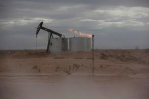 Dólar americano forte, negociado perto de sua maior alta em um ano, também pesou sobre os preços do petróleo