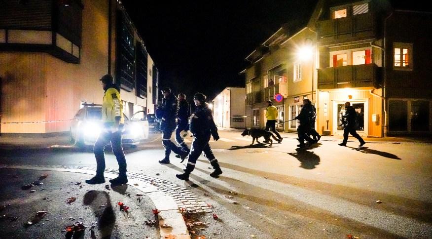 Policias investigam área após ataque de homem com arco e flecha