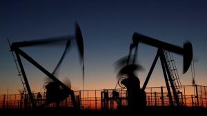 Petróleo fecha em alta, após pregão volátil e com ajuda do dólar mais fraco
