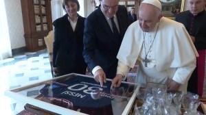 Premiê francês presenteia papa com camisa autografada por Messi