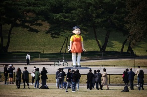Younghee, uma boneca de quatro metros de altura vestida de laranja e amarelo, foi montada no Parque Olímpico de Seul na segunda-feira (25)