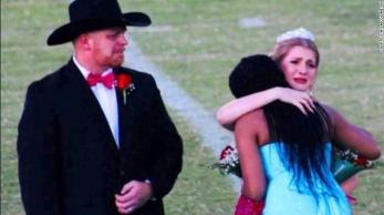 Brittany Walters e sua família estavam de luto, mas compareceram ao evento escolar a pedido da mãe; a jovem foi surpreendida pelo ato e se emocionou