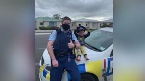 Polícia atende chamado de criança para mostrar seus brinquedos na Nova Zelândia