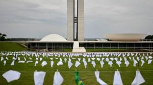 ONG Rio de Paz faz ato com 600 lenços brancos no gramado do Congresso; confira