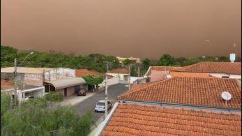 Ventania atingiu a cidade de Catanduva e durou cerca de 20 minutos