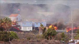 Erupção faz casas pegarem fogo nas Ilhas Canárias; veja imagens