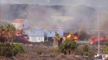 Erupção faz casas pegarem fogo na Ilha de La Palma