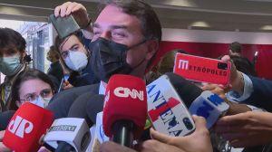 Flávio Bolsonaro ri ao imitar reação do presidente sobre relatório da CPI