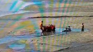 Bombeiros de SC resgatam banhistas atolados em obra da praia de Camboriú