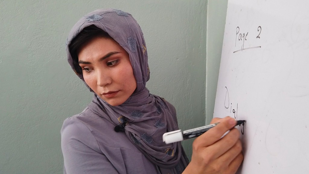 Mulher em escola do Afeganistão