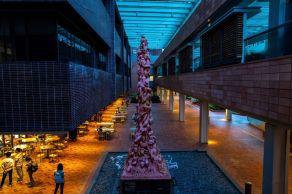 """Obra """"Coluna da Infâmia"""" homenageia vítimas do Massacre da Praça da Paz Celestial, em 1989. Artista diz que decisão é """"moralmente um grande problema"""""""