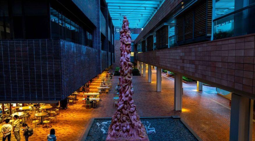 """Escultura de artista dinamarquês """"Coluna da Infâmia"""" deve ser retirada da Universidade de Hong Kong"""