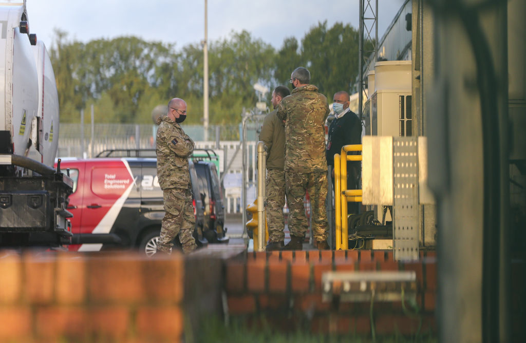 Militares britânicos entregam combustível em postos do Reino Unido. Londres, 4 de outubro de 2021