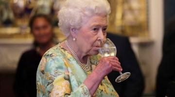 Rainha Elizabeth em recepção no Palácio de Buckingham, em 11 de julho de 2017