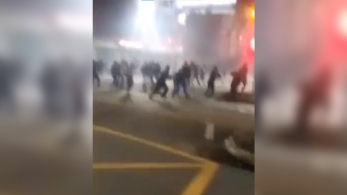 Segundo a PM, 16 pessoas com idades entre 26 e 44 anos foram detidas em patrulhamento na cidade; torcedores usaram barras de ferro e fogos de artifício em confronto