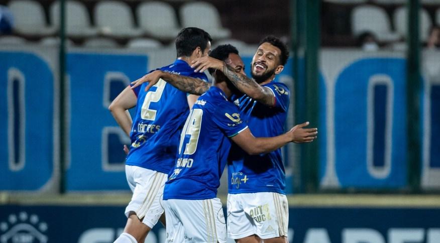 Jogadores do Cruzeiro em partida da Série B do Campeonato Brasileiro