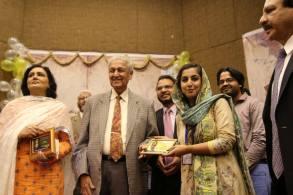 Khan foi aclamado como um herói nacional no Paquistão por ajudar a tornar o país um estado com armas nucleares. No Ocidente, era vilão