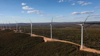 """A procura por energia renovável, principalmente eólica e solar, cresce a passos largos, ano após ano. Isso se deve ao fato de as indústrias necessitarem de segurança energética; maior previsibilidade de custo e competitividade; e o mais importante de tudo: tornarem-se empresas """"verdes"""" com a redução do impacto ambiental."""