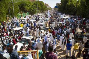 """Durante a manhã desta segunda-feira (25), o primeiro-ministro do Sudão, Abdalla Hamdok, foi colocado em prisão domiciliar e pediu que os sudaneses """"ocupem as ruas para defender sua revolução"""""""