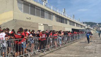 Em um dos pontos de troca, torcedores sem máscaras ficaram aglomerados na fila