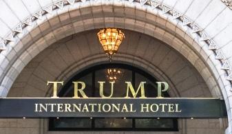 Como parte das discussões, está a remoção do nome Trump dos degraus ornamentados do edifício da Casa Branca e sua substituição por outra marca de luxo