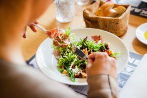 A alimentação consciente significa usar todos os sentidos físicos e emocionais para experimentar e desfrutar as escolhas alimentares, segundo especialistas