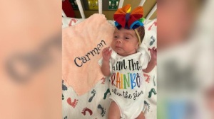 Enfermeira cria financiamento coletivo para ajudar bebê que perdeu mãe para a Covid
