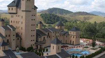 Castelo tem um parque aquático e uma floresta de eucalipto no seu quintal