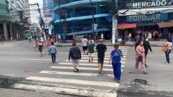 No centro do município da Baixada Fluminense, pessoas com e sem a proteção andavam lado a lado