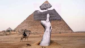 Exposição de arte contemporânea divide espaço com as pirâmides de Gizé, no Egito