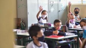 Pesquisadores alertam para exposição de crianças após flexibilização de máscaras
