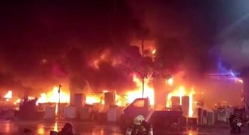 Autoridades investigam o que pode ter ocasionado o fogo no prédio residencial e comercial de 13 andares; pelo menos 41 pessoas sofreram ferimentos