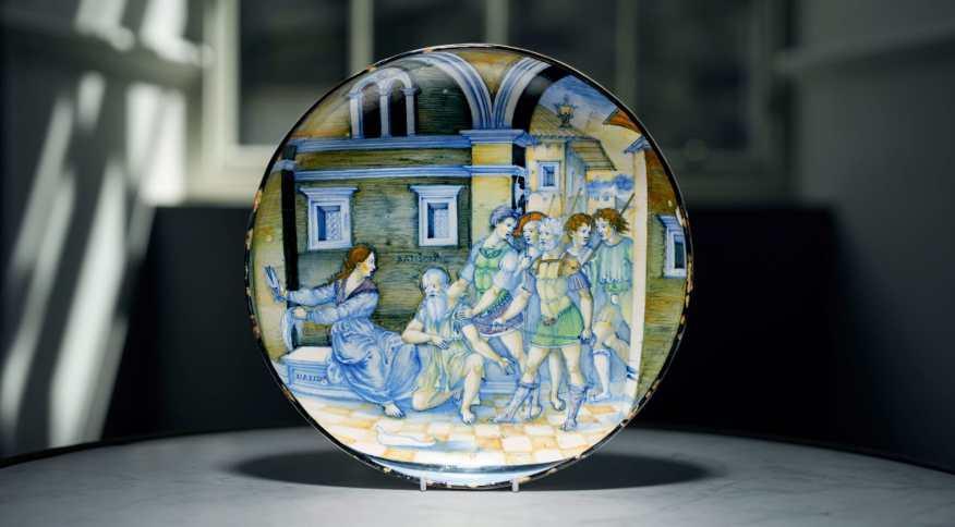 """Prato """"incrivelmente raro"""" do século 16 retratando o conto bíblico de Sansão e Dalila"""