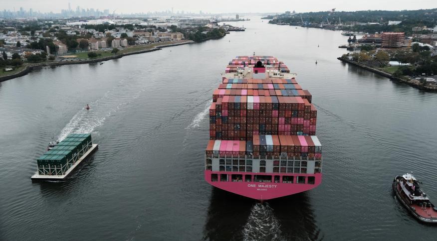 Um navio de carga se move sob a ponte de Bayonne enquanto se dirige para o oceano em 6 de outubro em Bayonne, Nova Jersey. As interrupções da cadeia de abastecimento global continuaram a afetar a economia dos EUA