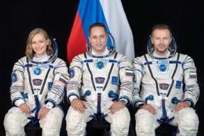 """Cosmonauta Anton Shkaplerov, a atriz Yulia Peresild e o produtor Klim Shipenko sairão da Terra nesta terça (5) para filmar trechos do filme """"O Desafio"""""""