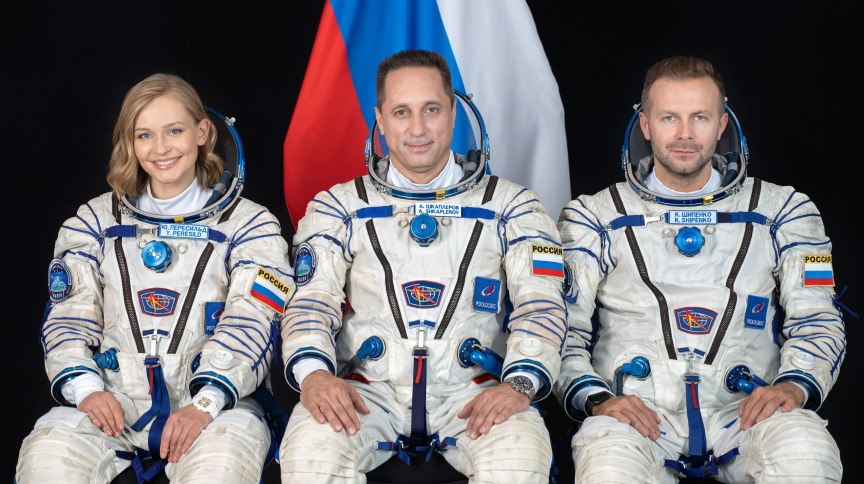 Membros da equipe do Soyuz MS-19 incluem (a partir da esquerda) a atriz Yulia Peresild, o veterano cosmonauta russo Anton Shkaplerov e o produtor de cinema Klim Shipenko