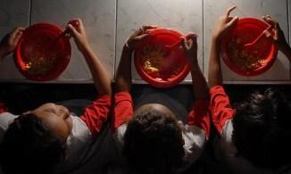 Além da insegurança alimentar, menores de idade também enfrentam falta de banheiro e moradia precária