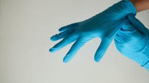 Dezenas de milhões de luvas médicas sujas e usadas foram importadas para os EUA
