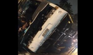 Ônibus que levava integrantes de escola de samba tomba no Rio de Janeiro