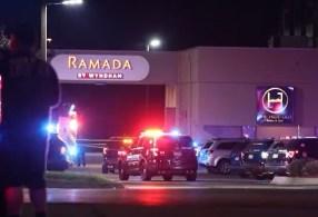 De acordo com testemunhas, os tiros ocorreram no momento em que o hotel da rede Ramada recebia um concerto musical