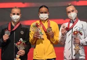 Dona de duas medalhas olímpicas, brasileira cravou 14,966 pontos na final do salto e superou com folga as rivais no Japão