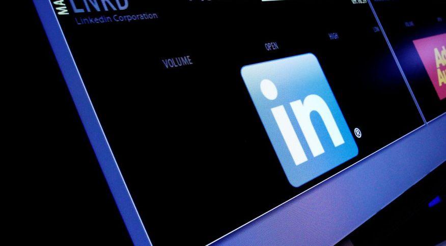 Símbolo do LinkedIn em painel da Bolsa de Valores de Nova York durante pregão