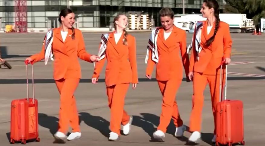 Aeromoças da SkyUp Airlines com novo uniforme da companhia