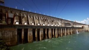 Tempestade desliga 5 turbinas de Itaipu e obriga usina a verter água