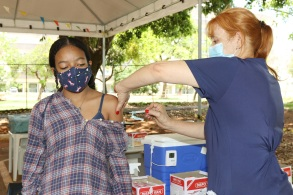 De acordo com o Ministério da Saúde, a queda das médias móveis de casos e de mortes pela Covid-19 no país é resultado do avanço da campanha de vacinação