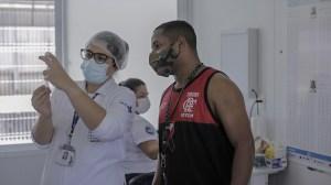 Cidade do Rio de Janeiro tenta acelerar a vacinação e flexibilizar uso de máscara