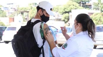 O projeto de pesquisa tem como objetivo avaliar a efetividade da vacina da AstraZeneca, administrada com meia dose, em um intervalo de oito semanas