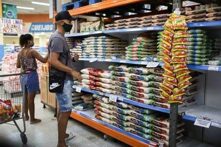 Consumidores compram arroz em supermercado no Rio de Janeiro (RJ)